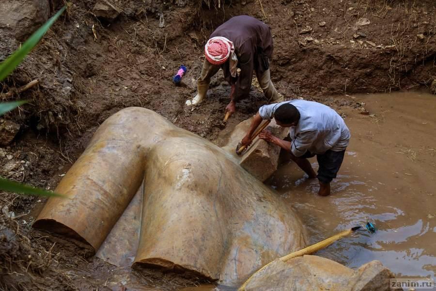 Огромная статуя фараона была выкопана в трущобах Каира