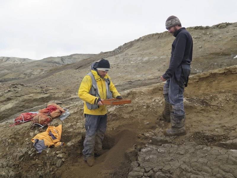 Исследователи на раскопках на острове Симор