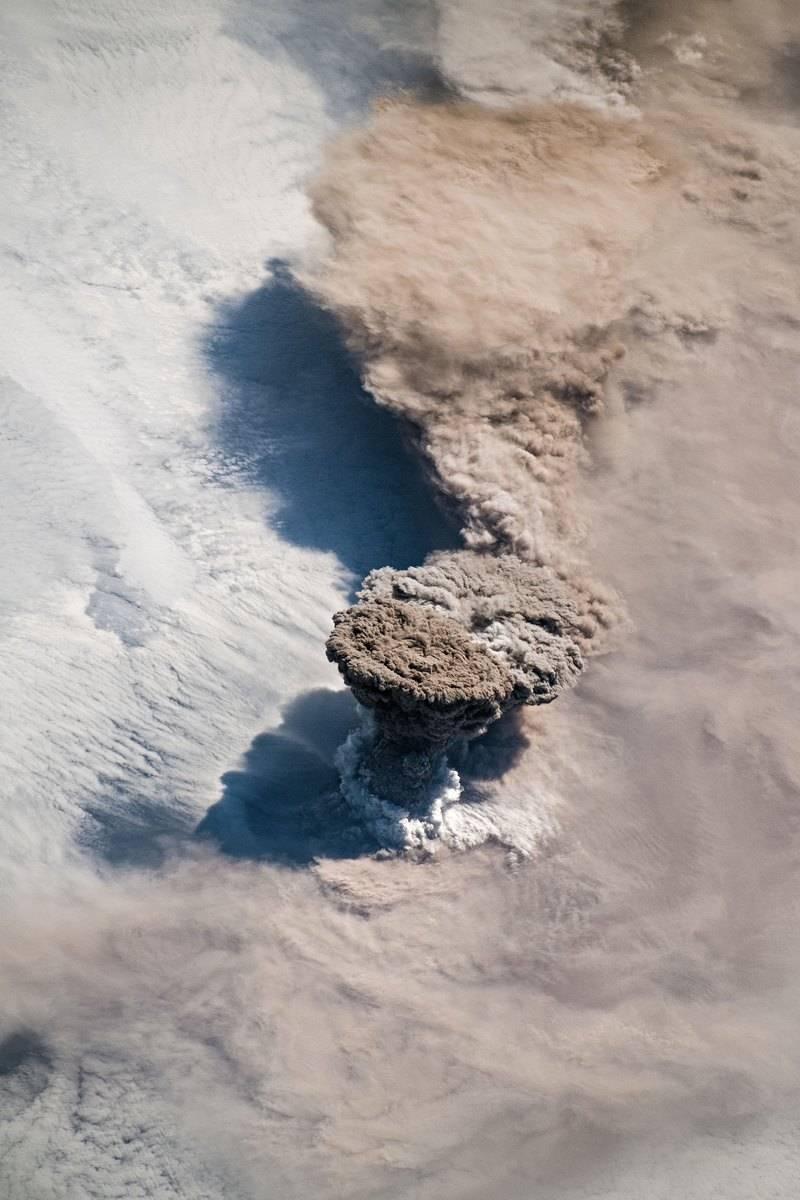 На МКС сделали потрясающую фотографию извержения вулкана